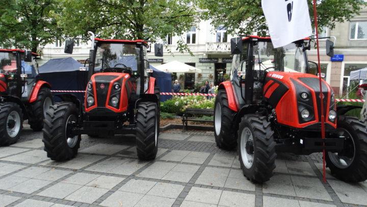 Ciągniki rolnicze i kombajny na drogach. Kierowcy, zachowajmy spokój