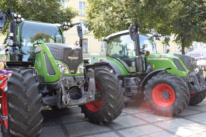 Więcej pojazdów rolniczych na drogach. Jak dbać o bezpieczeństwo?