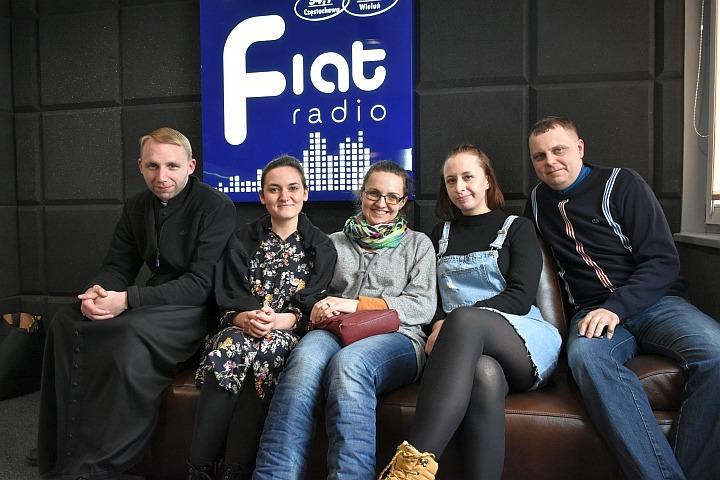 ks. Michał Płocharski, Ola Koperkiewicz, Kasia Jóźwik, Daria Musiał i Artur Konieczniak/fot. Zbyszek Derda Radio Fiat