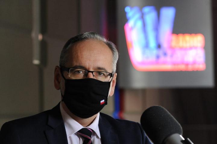 Dezynfekcja, dystans i maseczki – minister Adam Niedzielski o walce z pandemią