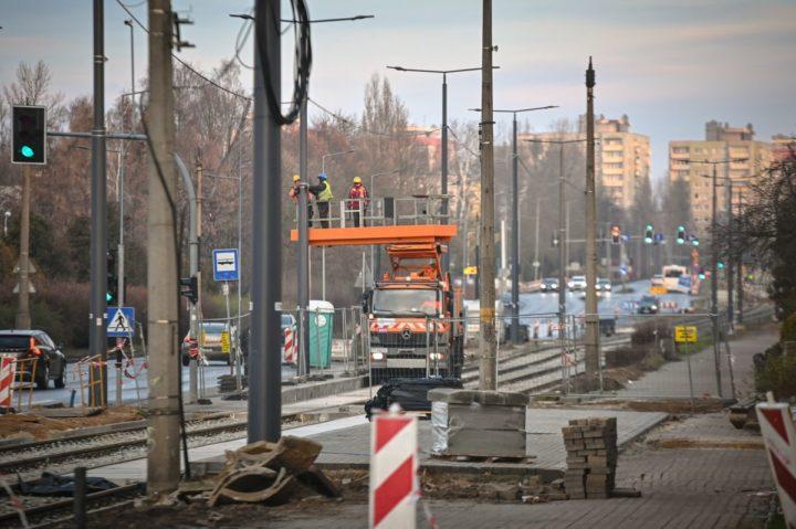 Przebudowa słupów trakcyjnych na Tysiącleciu
