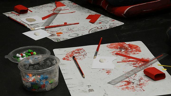 Dzieci przygotowują laurki dla bezdomnych