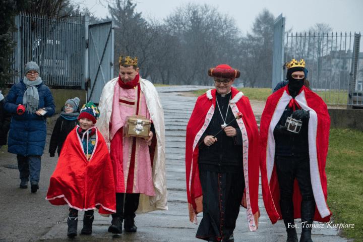Orszak Trzech Króli u dzieci z Zakładu Leczniczo-Wychowawczego
