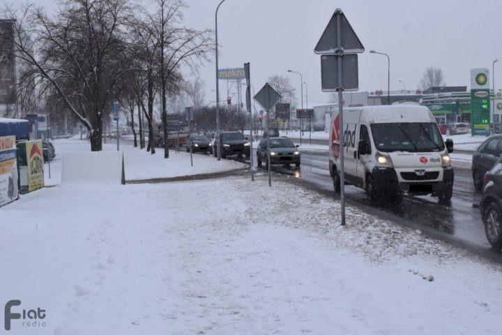 Ciężkie warunki drogowe po opadach śniegu