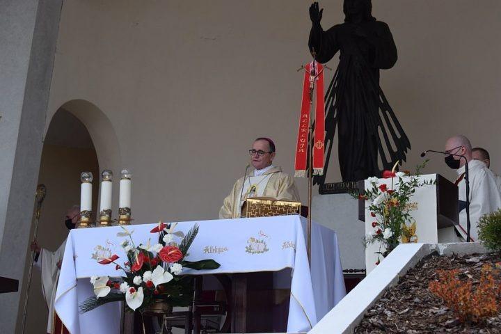 Bp Andrzej Przybylski: kult Bożego Miłosierdzia to synteza wiary chrześcijańskiej